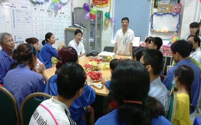Bệnh viện Bệnh Nhiệt đới TW tặng quà cho các bệnh nhi đang điều trị tại bệnh viện nhân ngày Quốc tế Thiếu nhi 1/6