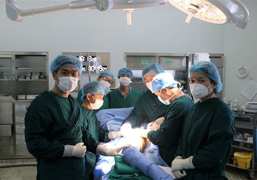 Phẫu thuật thay khớp háng nhân tạo lần đầu tiên ở Bệnh viện Bệnh Nhiệt đới trung ương